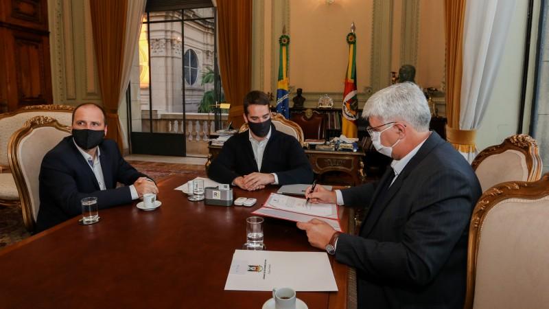Assinatura da ordem de serviço para início da obra foi realizada no Palácio Piratini - Foto: Felipe Dalla Valle/Palácio Piratini
